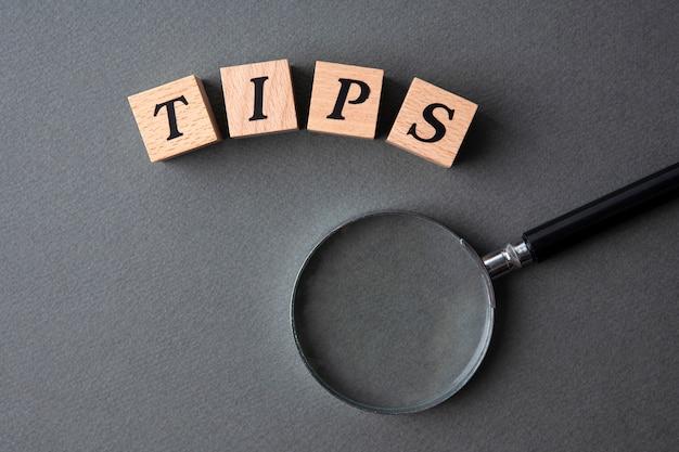 Tips woord geschreven in houten kubussen Premium Foto