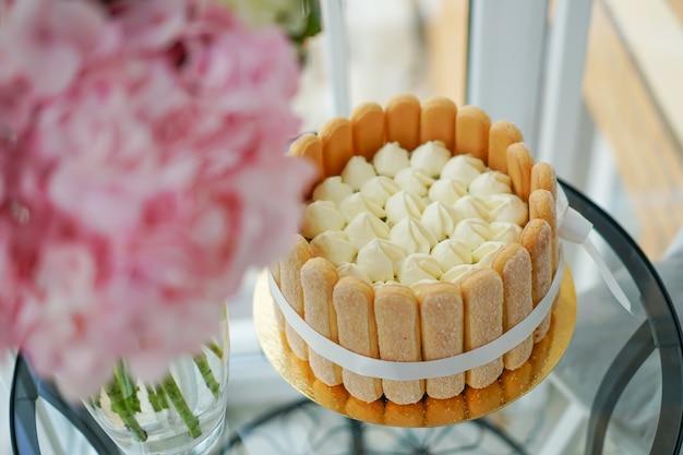 Tiramisu-cake thuis koken en decoreren door een meester. Premium Foto