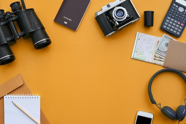 Toebehoren op oranje bureauachtergrond van fotograaf Premium Foto