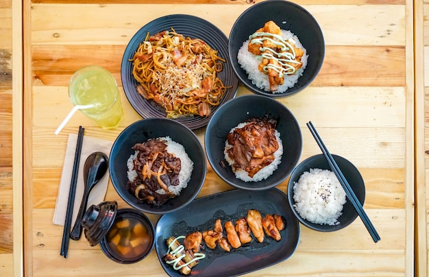 Toegepast japans traditioneel eten in thaise stijl in het restaurant Premium Foto