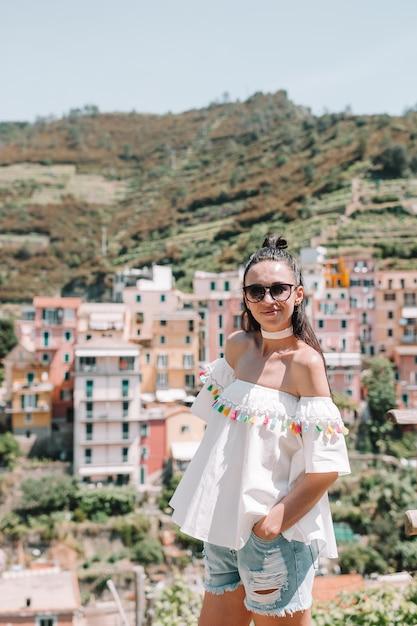 Toerist die toneelmening van manarola, cinque terre, ligurië, italië bekijken Premium Foto