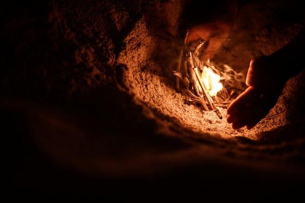 Toerist maakt een vuur op het strand Gratis Foto