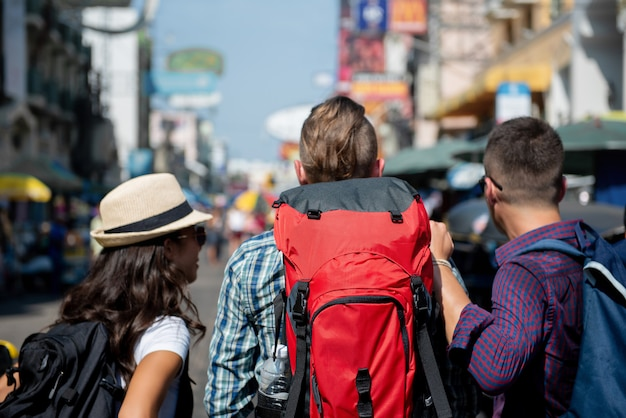 Toeristen backpacker vrienden in khao san-weg bangkok thailand Premium Foto