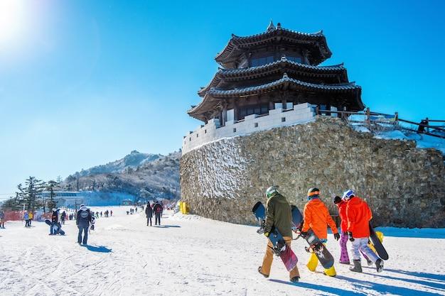 Toeristen die foto's maken van het prachtige landschap en skiën rond deogyusan, zuid-korea Gratis Foto