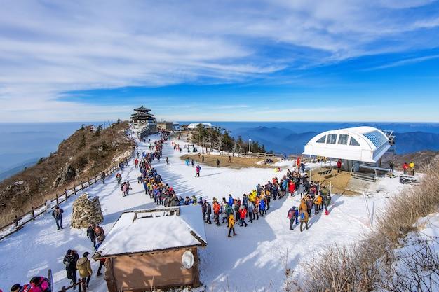 Toeristen die foto's maken van het prachtige landschap en skiën rond deogyusan, Gratis Foto