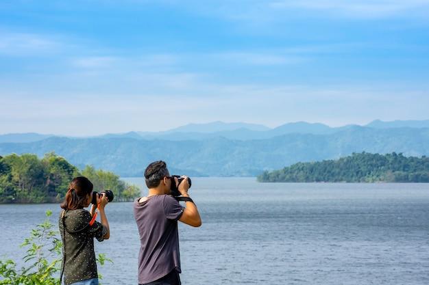 Toeristen maken foto's met de kaeng krachan-dam, phetchaburi in thailand. Premium Foto