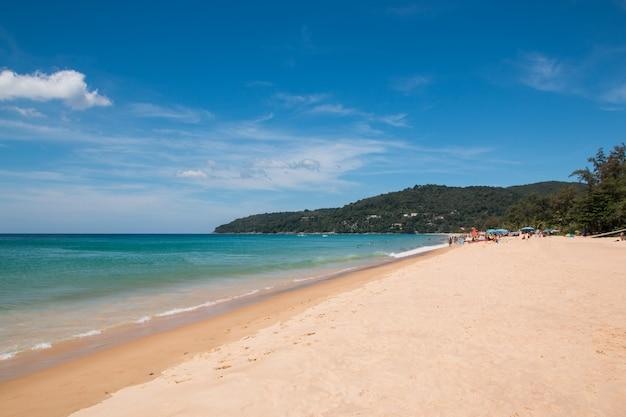 Toeristen op het strand in thailand Premium Foto