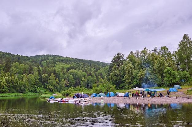 Toeristenkamp aan de rivier. tenten onder de blauwe lucht. raften op een bergrivier. river white republic of bashkiria 03.07.2019 Premium Foto