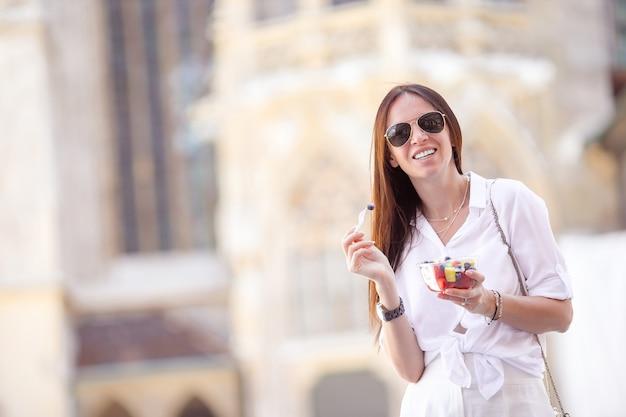 Toeristenmeisje die van vakantie in wenen genieten en de mooie paarden in het vervoer bekijken Premium Foto