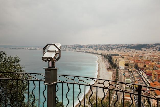 Toeristische verrekijker met panoramisch uitzicht over de oude stad van nice Premium Foto