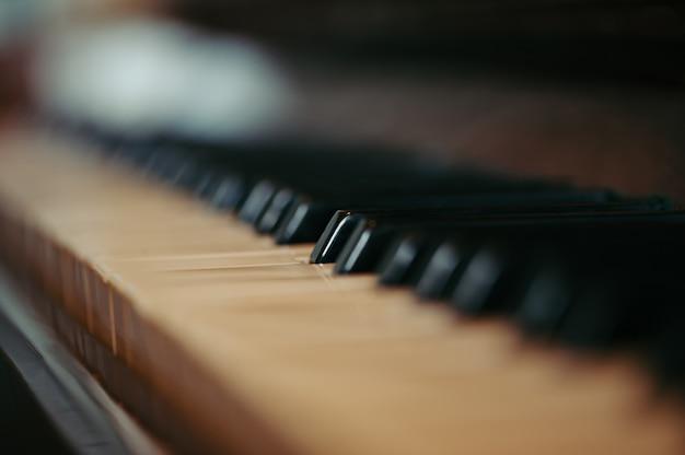 Toetsen van een oude piano in vervagen Premium Foto