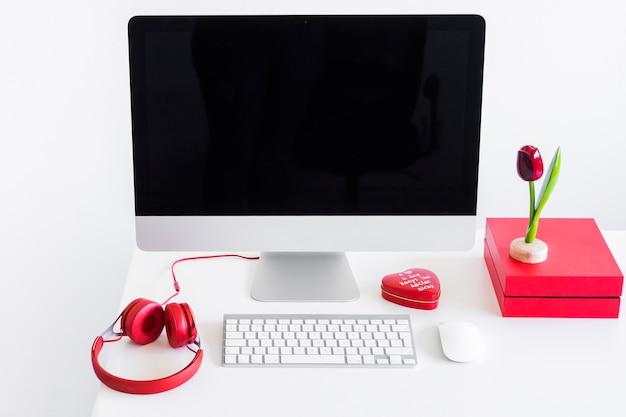 Toetsenbord dichtbij monitor, computermuis en hoofdtelefoons op lijst Gratis Foto