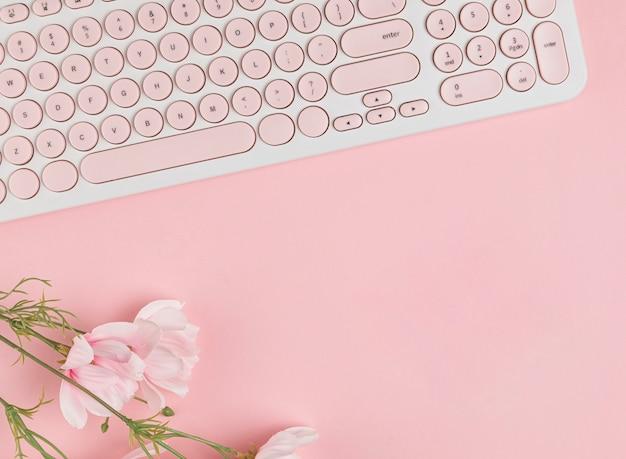 Toetsenbord en bloemen kopiëren ruimte Gratis Foto