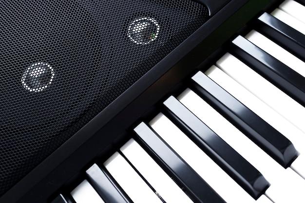 Toetsenbord van piano of elektronische digitale synthesizer met luidsprekers. Premium Foto