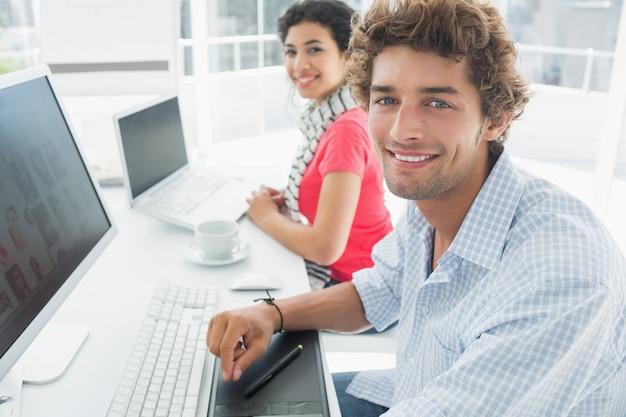 Toevallig paar dat computers in bureau met behulp van Premium Foto
