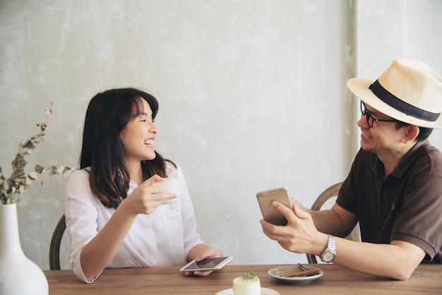 Toevallige man en vrouw die gelukkig spreken Gratis Foto