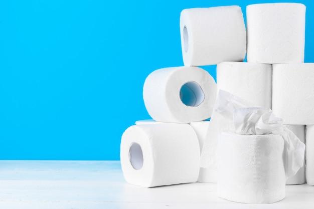 Toiletpapier. sluit omhoog op blauw Premium Foto