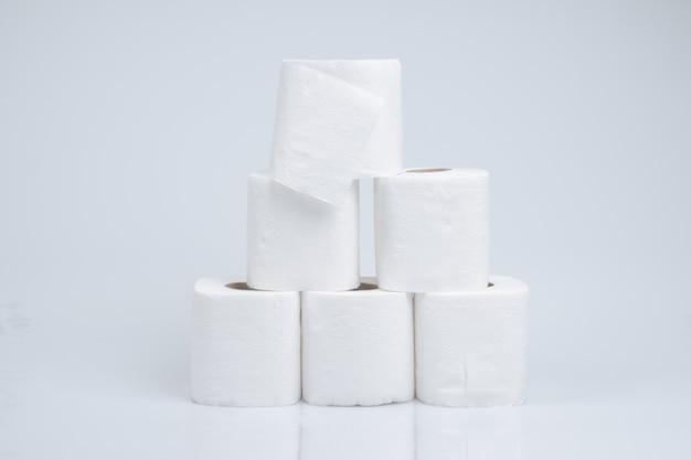 Toiletpapierbroodje op witte muur wordt geïsoleerd die Premium Foto