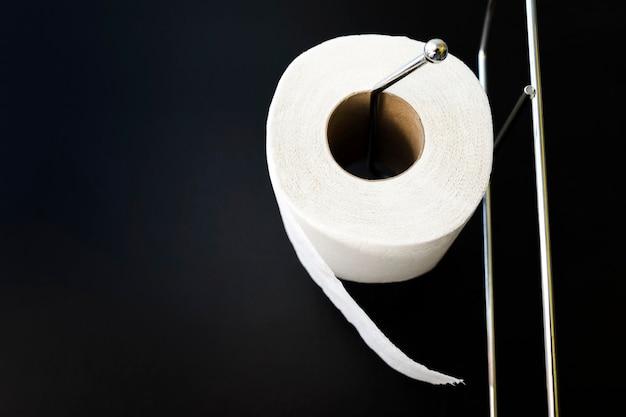 Toiletpapierrol met lage hoek Gratis Foto