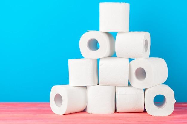 Toiletpapierstapel op heldere blauwe achtergrond Premium Foto