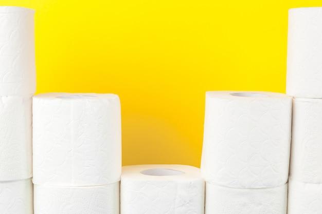 Toiletpapierstapels op helder geel Premium Foto