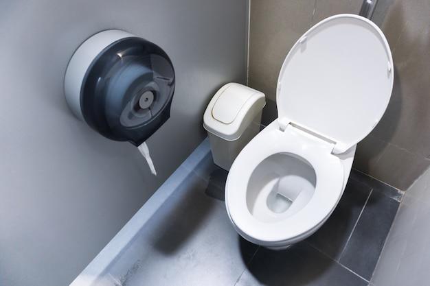 Toiletpot in een moderne badkamer met bakken en toiletpapier, doorspoelen toilet schone badkamer Premium Foto