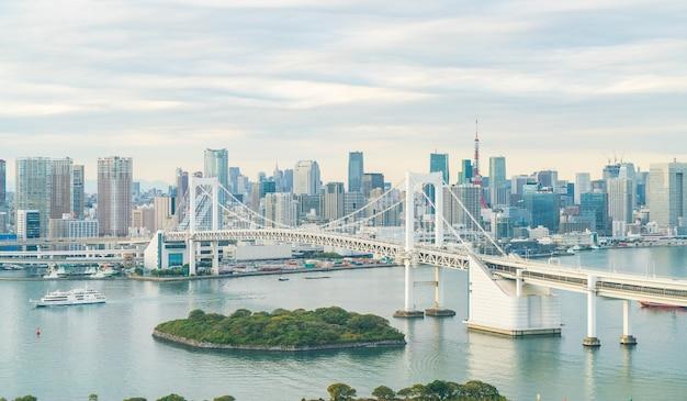 Tokio skyline met tokio toren en regenboog brug. Gratis Foto