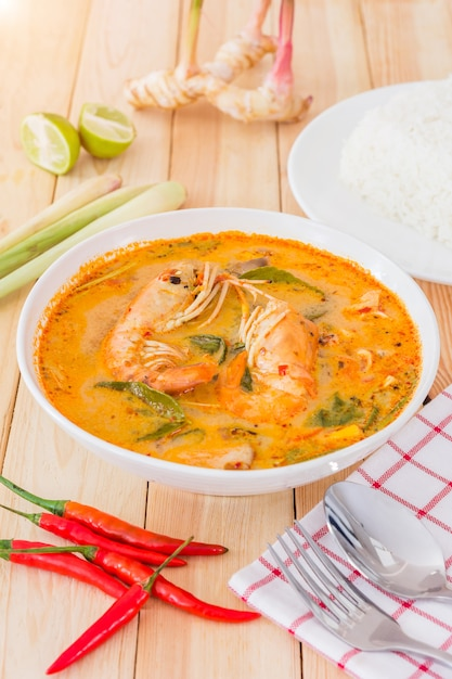 Tom yam kong of tom yum, is een pittige heldere soep die typerend is voor thailand Premium Foto