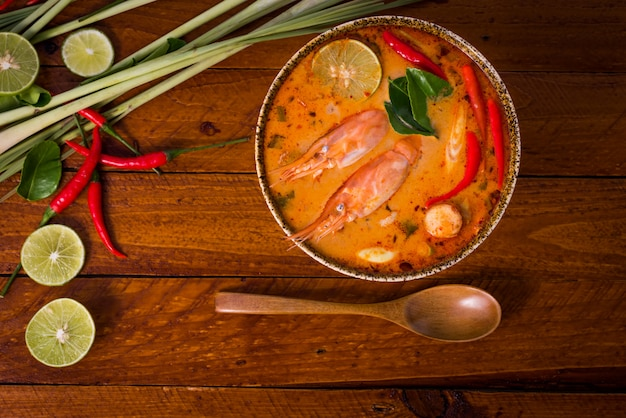 Tom yum goong, thais traditioneel voedsel Premium Foto