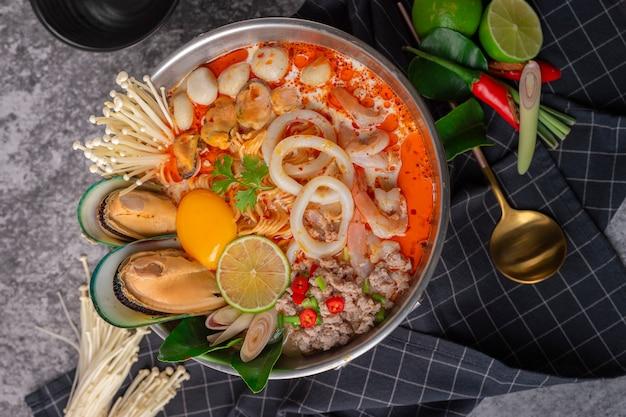 Tom yum kung. de thaise hete pot van de zeevruchtenstijl van de voedselstijl. traditioneel thais eten Premium Foto