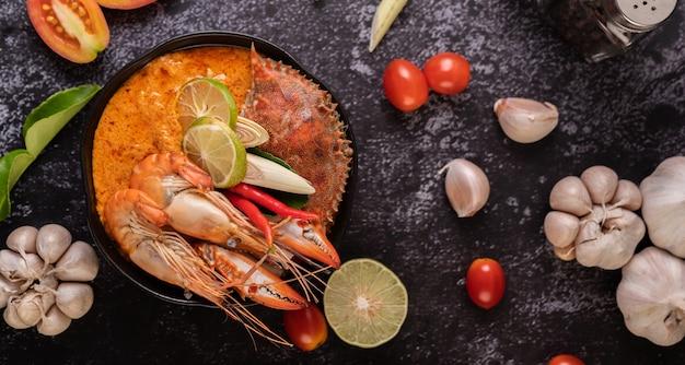 Tom yum met garnalen en krab met limoen, chili, tomaat, knoflook, citroengras en kaffir limoenblaadjes. Gratis Foto