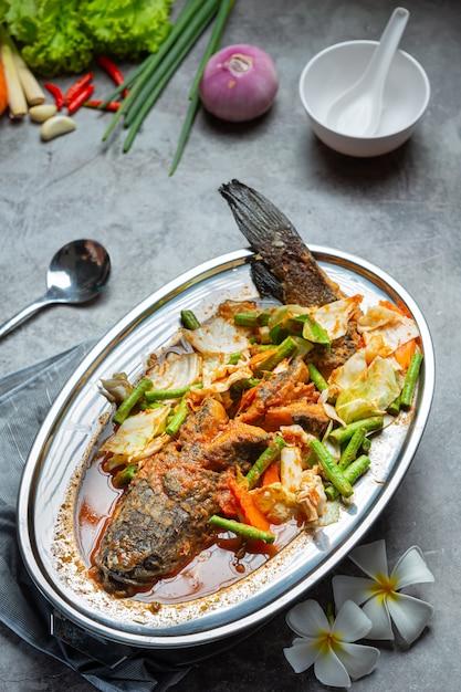 Tom yum snakehead-vissen hot pot thais eten. Gratis Foto