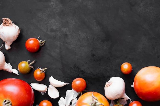 Tomaten en knoflookframe met exemplaarruimte Gratis Foto