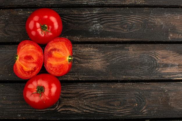 Tomaten rode verse rijp bekleed op een houten bureau Gratis Foto