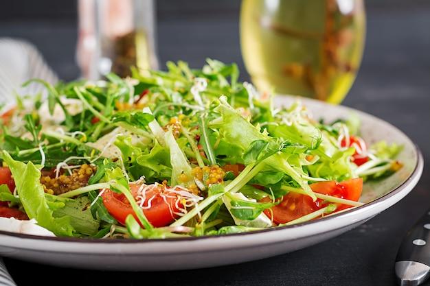 Tomatensalade met mix-micro-greens en camembert-kaas. Premium Foto