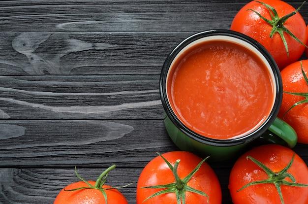 Tomatensap in groene emailmok Premium Foto