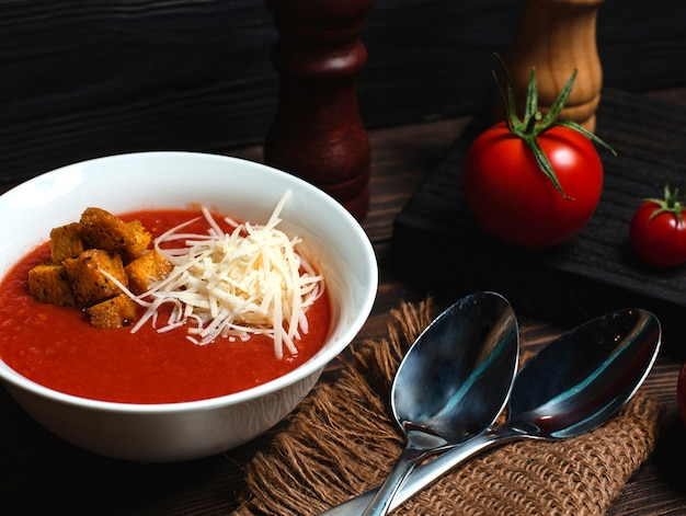 Tomatensoep met geraspte kaas en paneermeel Gratis Foto