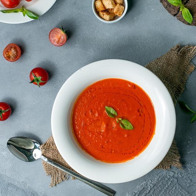 Tomatensoep op het tafelblad bekijken Gratis Foto