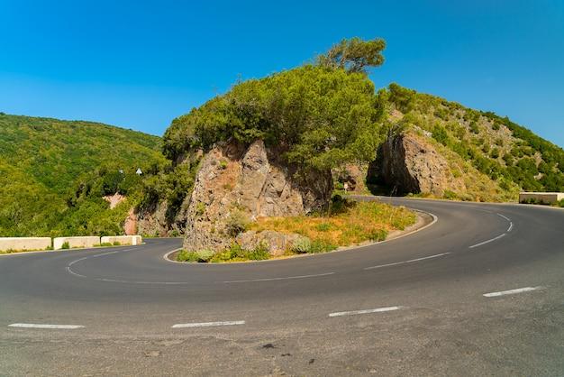 Toneel kronkelende wegkromming in anaga-bergketen tegen heldere blauwe hemel tenerife, spanje Gratis Foto