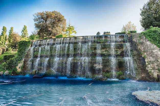 Toneelwaterval in het eur-district van rome, italië Premium Foto