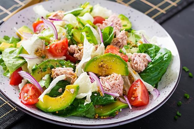 Tonijnsalade met sla, cherrytomaatjes, avocado en rode ui. gezond eten. franse keuken. Gratis Foto