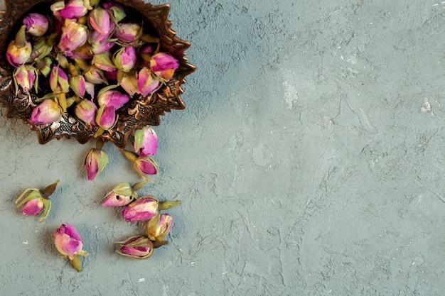 Top gedroogde rozenknoppen op blauw Gratis Foto