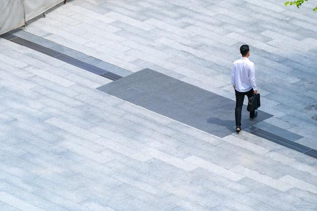 Top luchtfoto mensen lopen door over voetgangers op de buiten voetgangers betonnen grond. Premium Foto