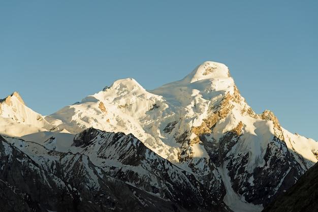 Top van het himalaya-gebergte, bedekt met sneeuw. ladakh-india. retro stijl Premium Foto