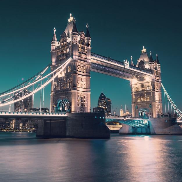 Torenbrug in londen, gestemd beeld Premium Foto