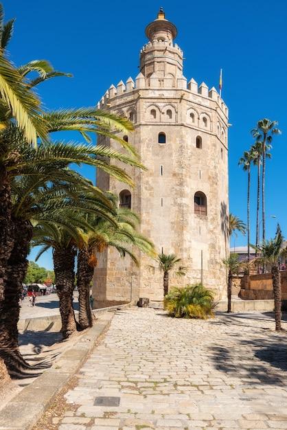 Torre del oro gouden toren middeleeuwse bezienswaardigheid uit het begin van de 13e eeuw in sevilla, spanje, andalusië regio. Premium Foto