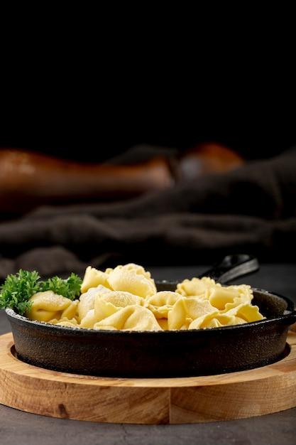 Tortellini-plaat op een houten steun Gratis Foto