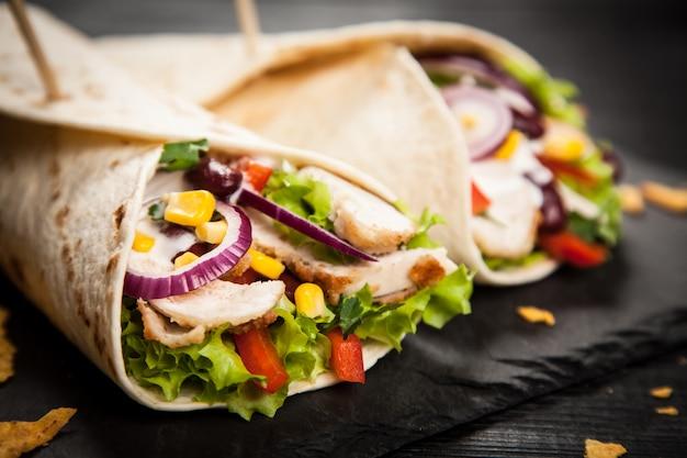Tortilla met een mix van ingrediënten Premium Foto