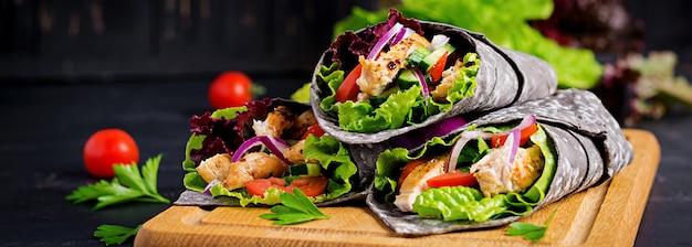 Tortilla met toegevoegde inktinktvis met kip en groenten Gratis Foto