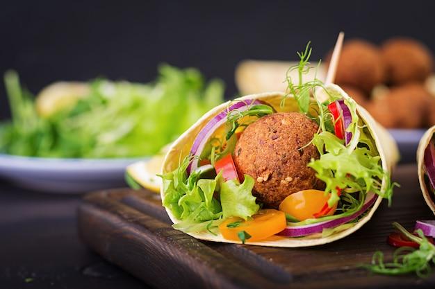 Tortilla wrap met falafel en verse salade. Premium Foto